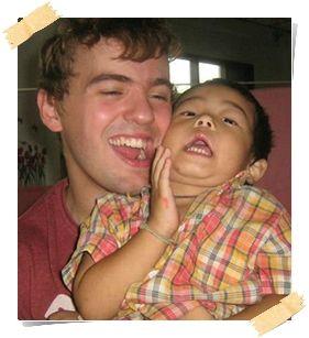 glad volontär och thailändskt barn