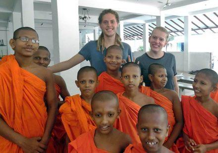 volontärresor-srilanka-undervisa-munkar