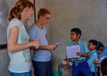 Volontärer på plats i Nepal på en skola